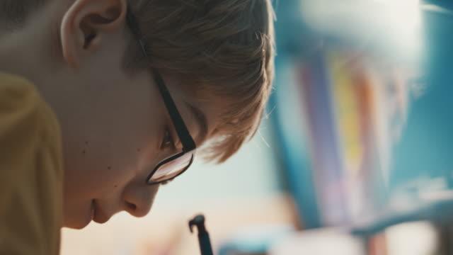 Junge am Tisch seine Hausaufgaben
