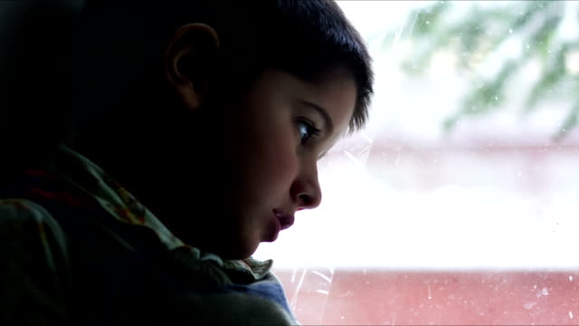 vidéos et rushes de petit garçon assis à l'extérieur en hiver - attendre