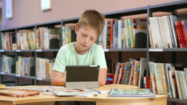 ds 少年ラウンジのライブラリー、タブレットを使用して、 - 公共図書館点の映像素材/bロール