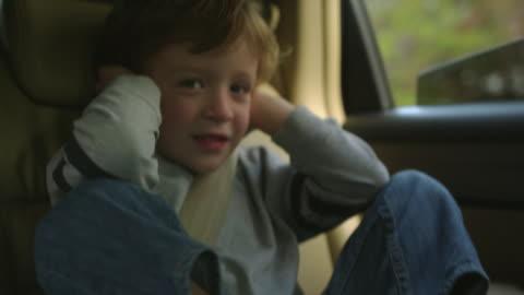 vídeos y material grabado en eventos de stock de ms boy (4-5) sitting on back seat of car and screaming / atlanta, georgia, usa - mischief