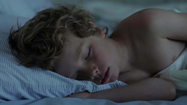 vidéos et rushes de cu boy sleeping on bed / wolfebro, nh, usa     - sommeil