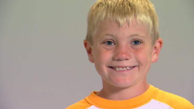 vídeos de stock, filmes e b-roll de boy smiling, making faces - raised eyebrows