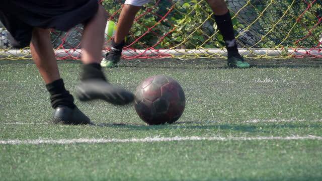 vídeos y material grabado en eventos de stock de niño jugador de fútbol patea la pelota hacia la portería cámara lenta - miembro parte del cuerpo