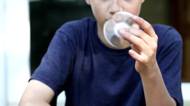 少年スピンそわそわスピナー - 注意欠陥過活動性障害点の映像素材/bロール