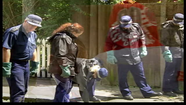 vidéos et rushes de boy stabbed to death for mobile phone itn london ext i/c school girls carrying bouquets of flowers along card on bouquet of flowers message to kieran... - composition florale