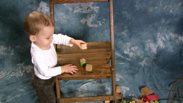 ragazzo pile blocchi - soltanto un neonato maschio video stock e b–roll