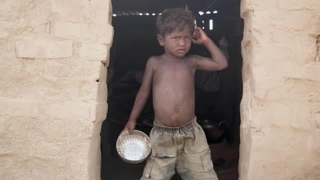vídeos y material grabado en eventos de stock de boy standing at home, haryana, india - hambriento