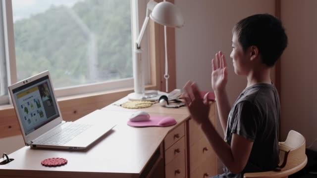 boy studying at home e-learning - 期待点の映像素材/bロール