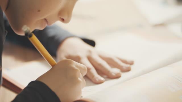 Junge studierte am Tisch