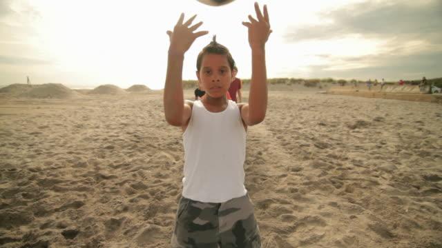 vídeos y material grabado en eventos de stock de boy throwing football behind head to other boys - camiseta interior