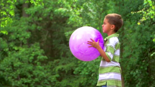 boy tossing a ball - この撮影のクリップをもっと見る 1278点の映像素材/bロール