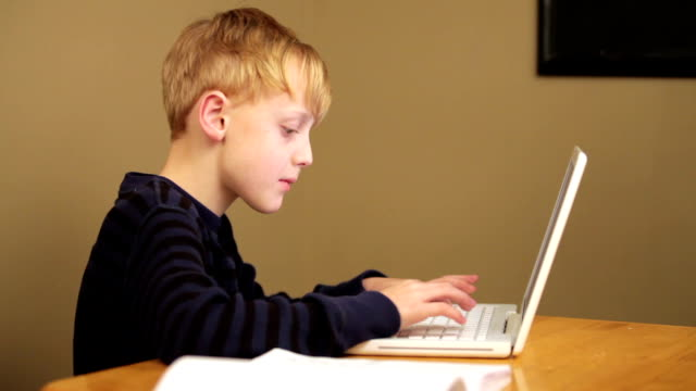 stockvideo's en b-roll-footage met boy typing on laptop computer - alleen kinderen