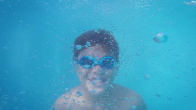 Menino debaixo de água