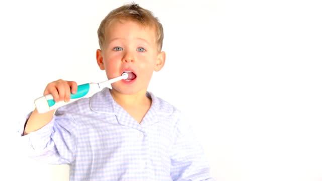 junge mit elektrische zahnbürste - 2 3 jahre stock-videos und b-roll-filmmaterial