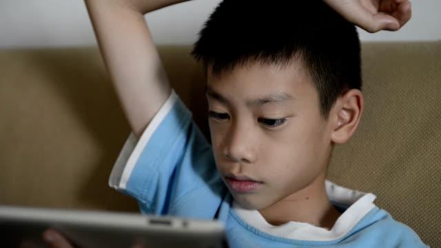 vídeos y material grabado en eventos de stock de chico usando tableta digital - nativo digital