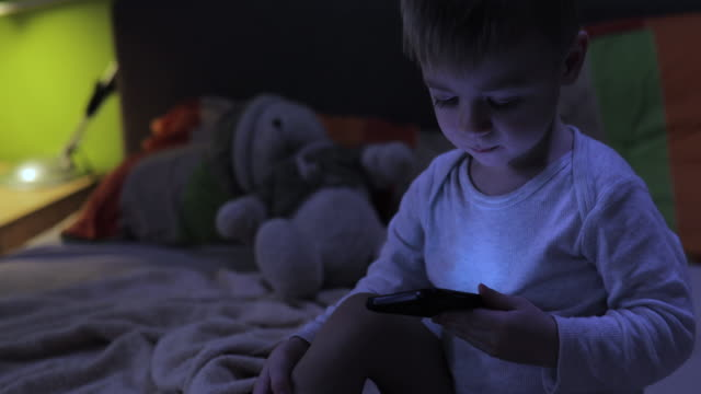 junge mit smartphone in der nacht - erzählen stock-videos und b-roll-filmmaterial