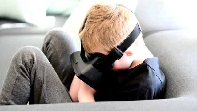 Jongen met behulp van Virtual Reality bril
