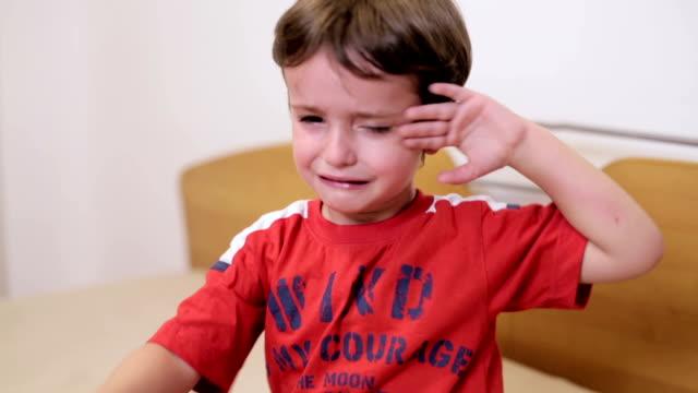 vídeos de stock, filmes e b-roll de menino  - 2 3 anos
