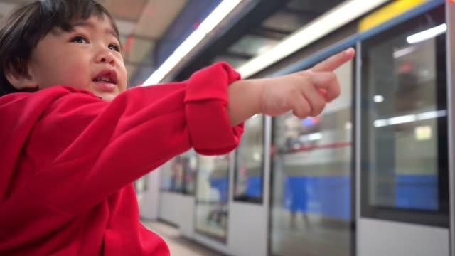 Junge warten auf U-Bahn-Zug