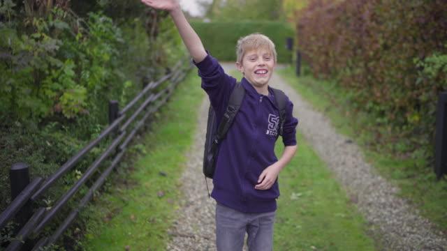 boy walking on footpath - 12 13 år bildbanksvideor och videomaterial från bakom kulisserna