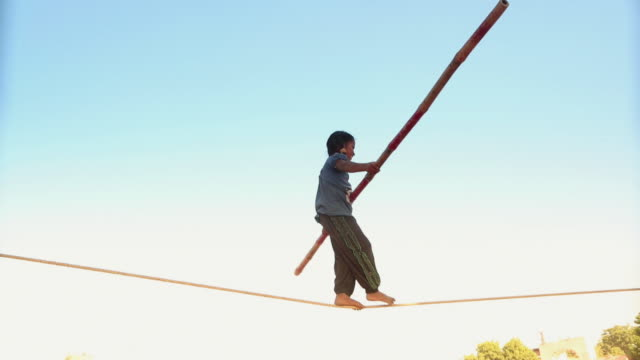 stockvideo's en b-roll-footage met boy walking on tightrope, pushkar, rajasthan, india - behendigheid