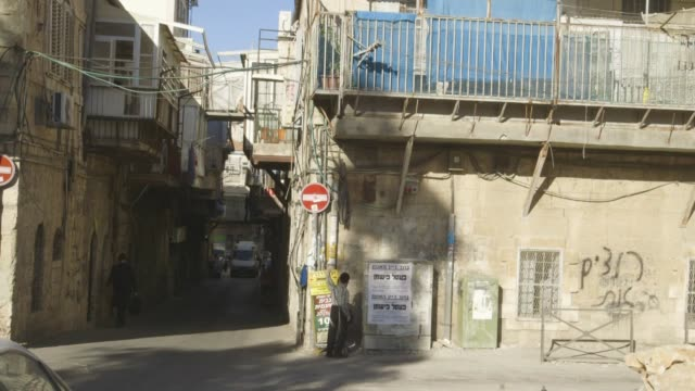 stockvideo's en b-roll-footage met boy walks on jerusalem street - orthodox jodendom
