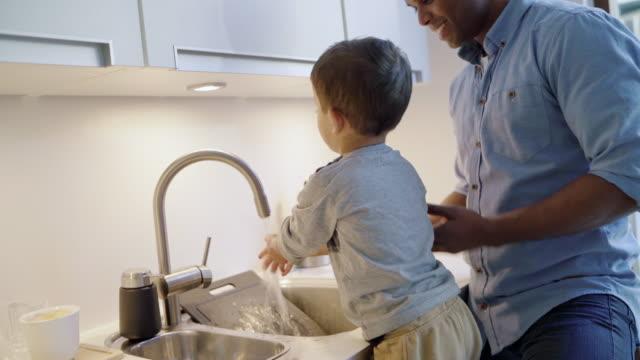 boy washing hands - キッチンシンク点の映像素材/bロール
