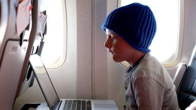 Jongen kijken naar een film tijdens zijn vlucht
