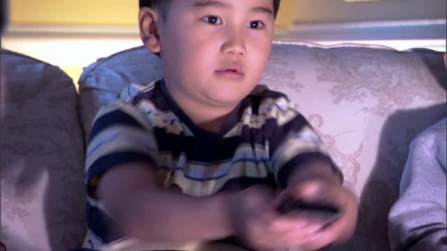 boy watching television - andere clips dieser aufnahmen anzeigen 1282 stock-videos und b-roll-filmmaterial