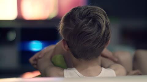 pojken tittar på tv - åskådare människoroller bildbanksvideor och videomaterial från bakom kulisserna
