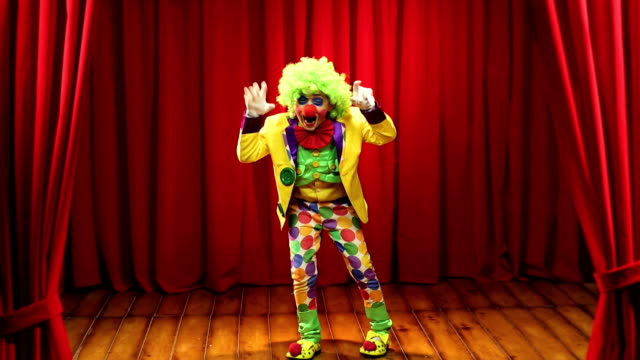 vidéos et rushes de ms boy wearing clown costume performing on stage during annual day - représentation artistique