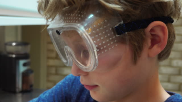 boy wearing goggles - skibrille stock-videos und b-roll-filmmaterial