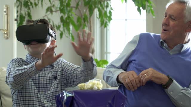 stockvideo's en b-roll-footage met boy wearing virtual reality headset. - cadeau