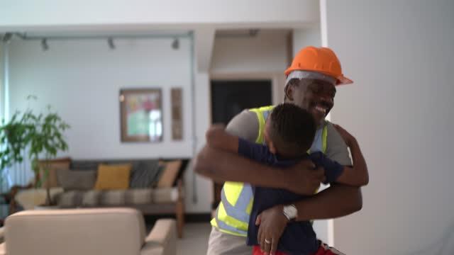 pojke välkomnande och omfamna farfar när han kommer hem - ankomst bildbanksvideor och videomaterial från bakom kulisserna