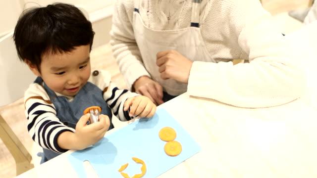 vídeos de stock, filmes e b-roll de a boy who designs carrots in the shape of flowers - individualidade