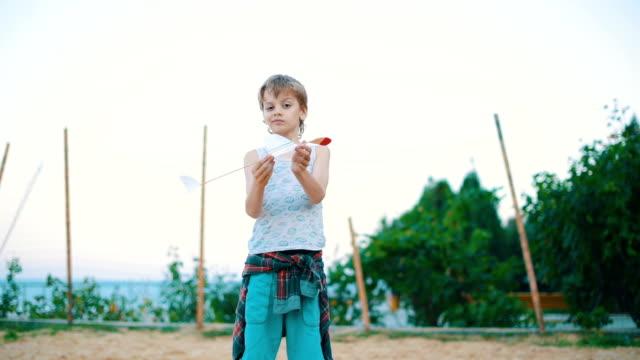 vidéos et rushes de garçon avec planeur jouet maison - glissant