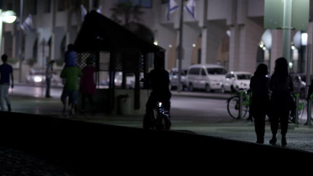 少年と自転車 - テルアビブ点の映像素材/bロール