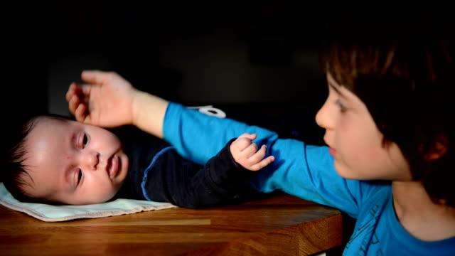 vídeos de stock, filmes e b-roll de boy with brother - vida de bebê