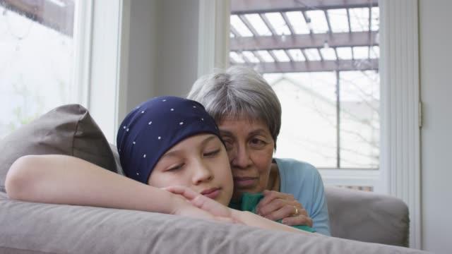 彼の母によって慰めされているがんの少年 - 白血病点の映像素材/bロール