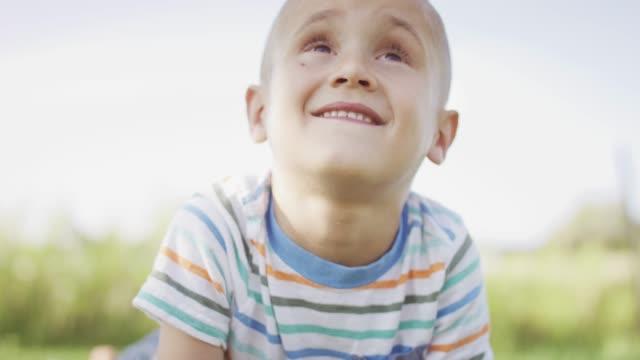 vídeos de stock, filmes e b-roll de garoto com câncer ao ar livre - infância
