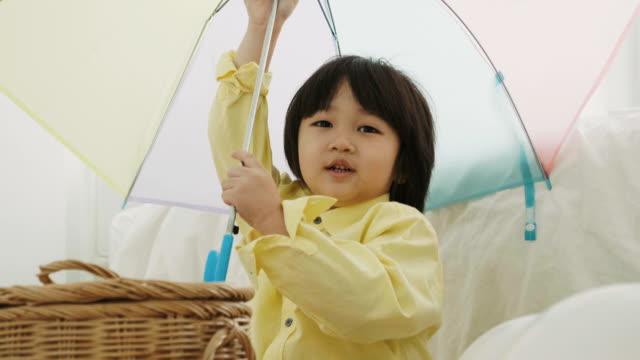 Junge mit bunten Regenschirm
