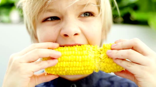 Junge mit Mais