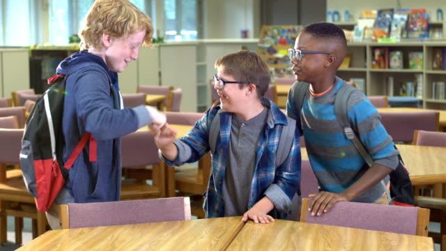 vídeos y material grabado en eventos de stock de niño con síndrome de down y amigos en la escuela primaria - personas con discapacidad