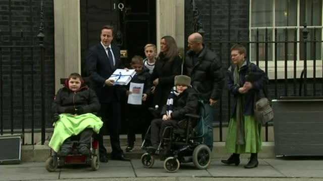 boy with duchenne muscular dystropy mentioned in pmq's; lib london: downing street: ext duchenne muscular dystrophy sufferer archie hills, his mother... - domande al primo ministro video stock e b–roll