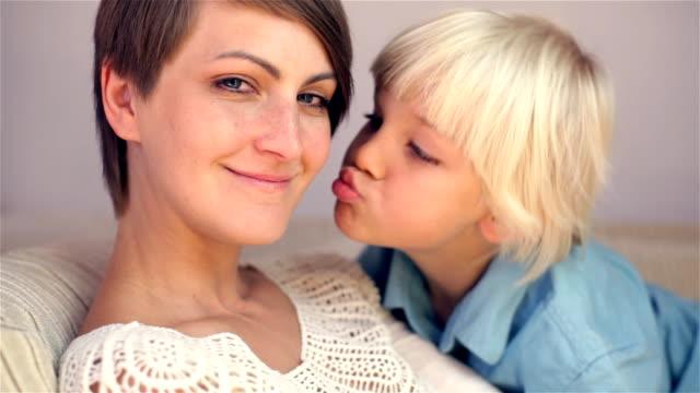 vídeos de stock, filmes e b-roll de menino com sua mãe - família monoparental