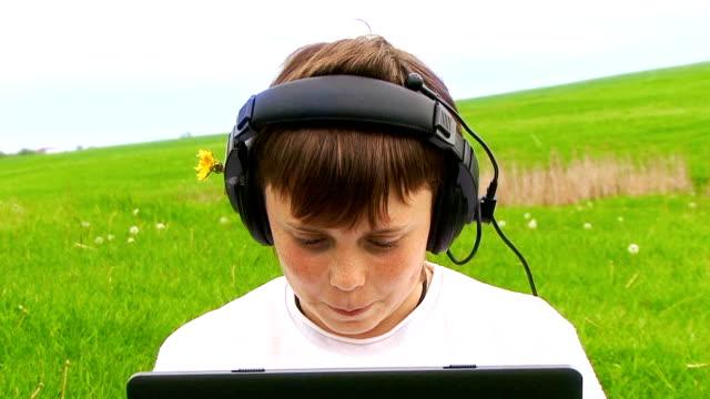 vídeos de stock e filmes b-roll de menino com computador portátil - número 6