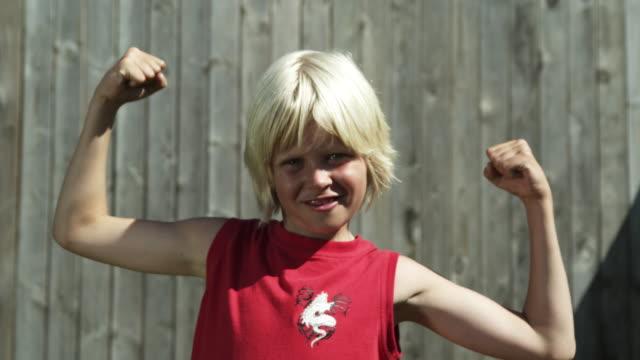 Junge mit Muskeln (Aufnahme in Rot
