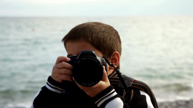 写真のカメラを持つ少年、バッハの撮影になります - カメラ点の映像素材/bロール