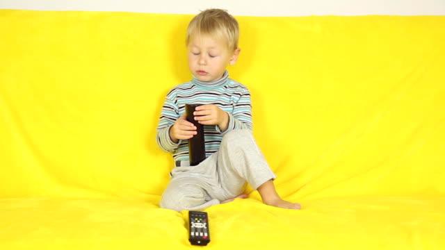 boy with remote control - endast en pojkbaby bildbanksvideor och videomaterial från bakom kulisserna