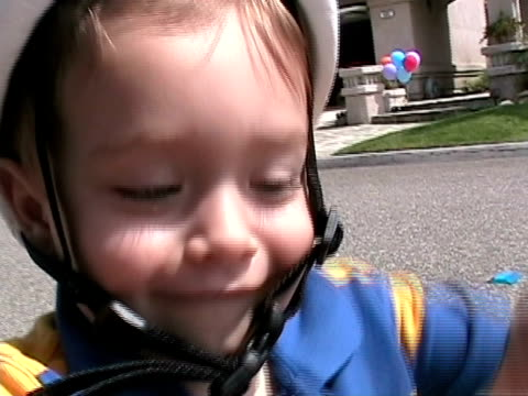 vidéos et rushes de cu, boy (2-3) with tricycle on street, father in background, simi valley, california, usa - home movie
